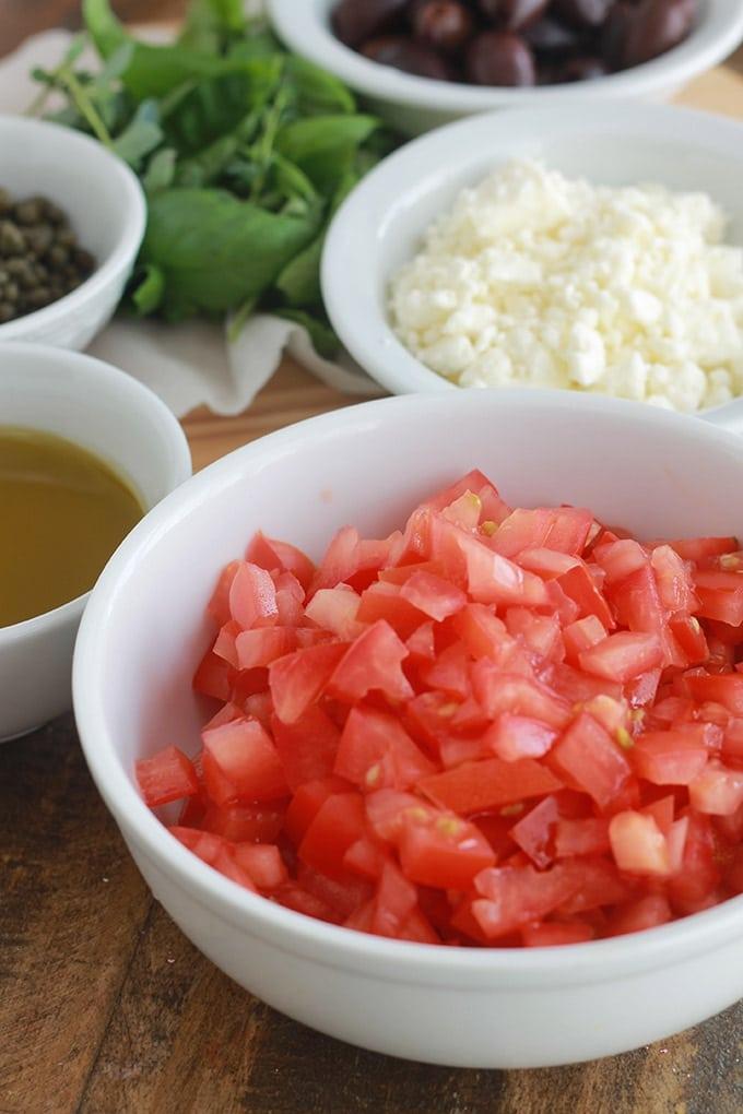Ingrédients des tartines à la salade crétoise - dakos