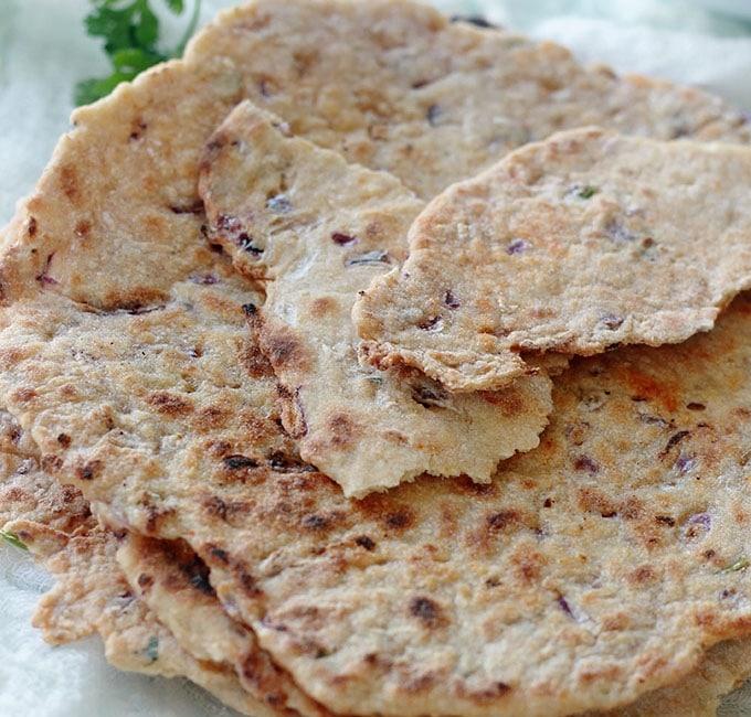 Galettes de semoule à l'oignon très faciles à faire, sans levure, rapides et inratables. Composées de semoule, oignon, ail, épices, herbes aromatiques et un peu d'huile d'olive. C'est un pain plat cuit rapidement à la poêle.