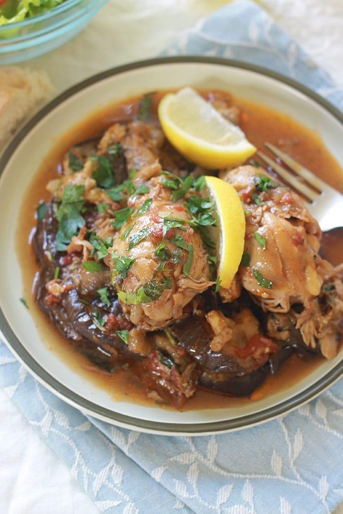 Tajine de poulet aux aubergines parfumé à la coriandre. Un plat complet et plein de saveurs. Les morceaux de poulet cuits dans une sauce tomate. Une fois cuits on ajoute des aubergines préalablement frites ou cuite s au four, de la coriandre fraîche et éventuellement du jus de citron.