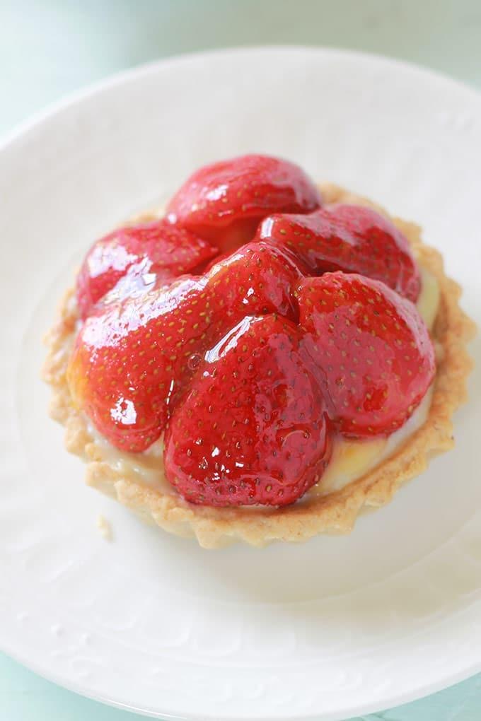 Délicieuses tartelettes aux fraises et crème pâtissière. Avec la pâte sablée sucrée de Pierre Hermé. Pour gagner du temps, préparez vos fonds de tartelettes à l'avance.