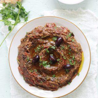 Le zaalouk / zaalouka recette de caviar d'aubergine à la marocaine. Un plat on ne peut plus simple et tellement succulent. Des aubergines, des tomates, de l'ail et des épices / herbes aromatiques. Après cuisson, vous pouvez éventuellement arroser avec une bonne huile d'olive et/ou du jus de citron.