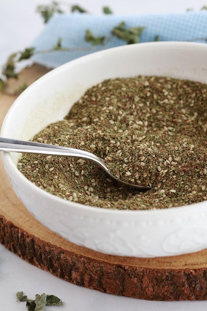 Recette du zaatar libanais (ou za'atar), mélange d'épices, d'herbes aromatiques et de graines (thym sauvage, sumac, graines de sésame). Je vous donne une formule de base (proportions), des variantes et comment l'utiliser.