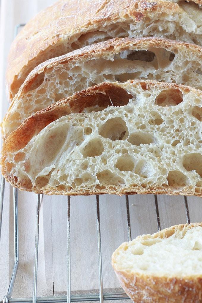 Recette du pain sans pétrissage à la cocotte, avec une mie légère. Pas besoin de connaissances préalables en boulangerie et ne nécessite qu'un minimum d'effort. Idéal pour les débutants en boulangerie mais aussi pour ceux qui n'aiment pas trop pétrir (moi!!), et qui ne disposent pas d'une machine à pain ou d'un pétrin pour le faire à leur place.