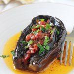 Aubergines farcies végétariennes (Imam Bayildi), délicieuse recette turque. Farce aux légumes sans viande : tomates, oignons, ail, épices et herbes aromatiques. Recette végétarienne / végétalienne / vegan