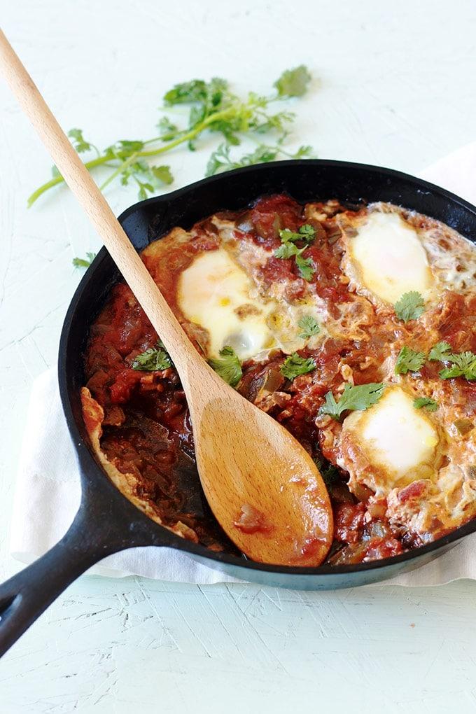 Chakchouka algérienne ou ratatouille algérienne. Oignons, poivrons et/ou piments, tomates. S'écrit aussi choukchouka, chouchouka, tchakchouka, tchouktchouka, tchaktchouka, chekchouka