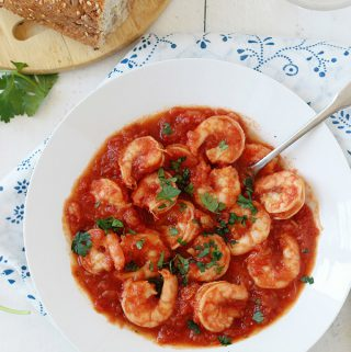 Crevettes sauce tomate, un plat facile et rapide. Prêt en moins de 30 minutes. Délicieux avec des pâtes, du riz, des pommes de terre ou tout simplement avec du pain.