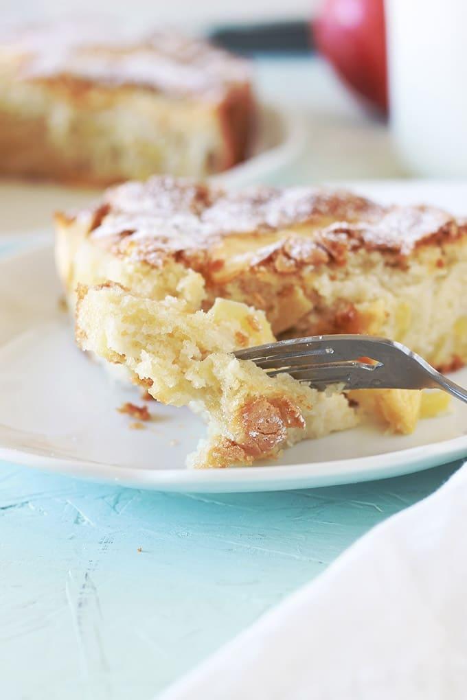 Excellent gâteau aux pommes moelleux. Recette très facile et rapide à faire.