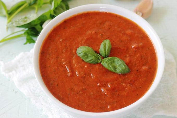 Sauce tomate au basilic recette facile. Pour les pâtes, les pizza, les boulettes de viandes, et tout autres plats à base de sauce tomate.