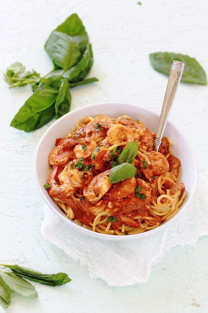 Spaghetti aux crevettes sauce tomate. Un plat facile et rapide qui plaît à tout le monde, surtout les enfants. Prêt en 35 minutes. Mais si vous utilisez une sauce tomate déjà prête, c'est prêt en moins de 15 minutes!