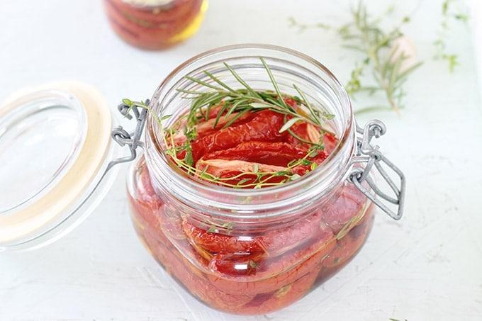 Tomates confites séchées au four et conservées dans de l'huile d'olive avec des herbes aromatiques et des épices.