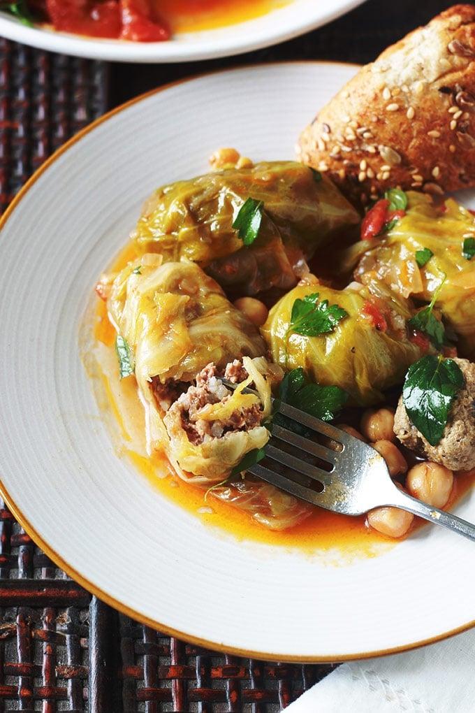 Feuilles de chou farci recette algérienne, ou dolma krombit. Feuilles de chou farcies de viande hachée, roulées, cuites, dans une cocotte, avec une sauce tomate, de la viande et des pois chiches.