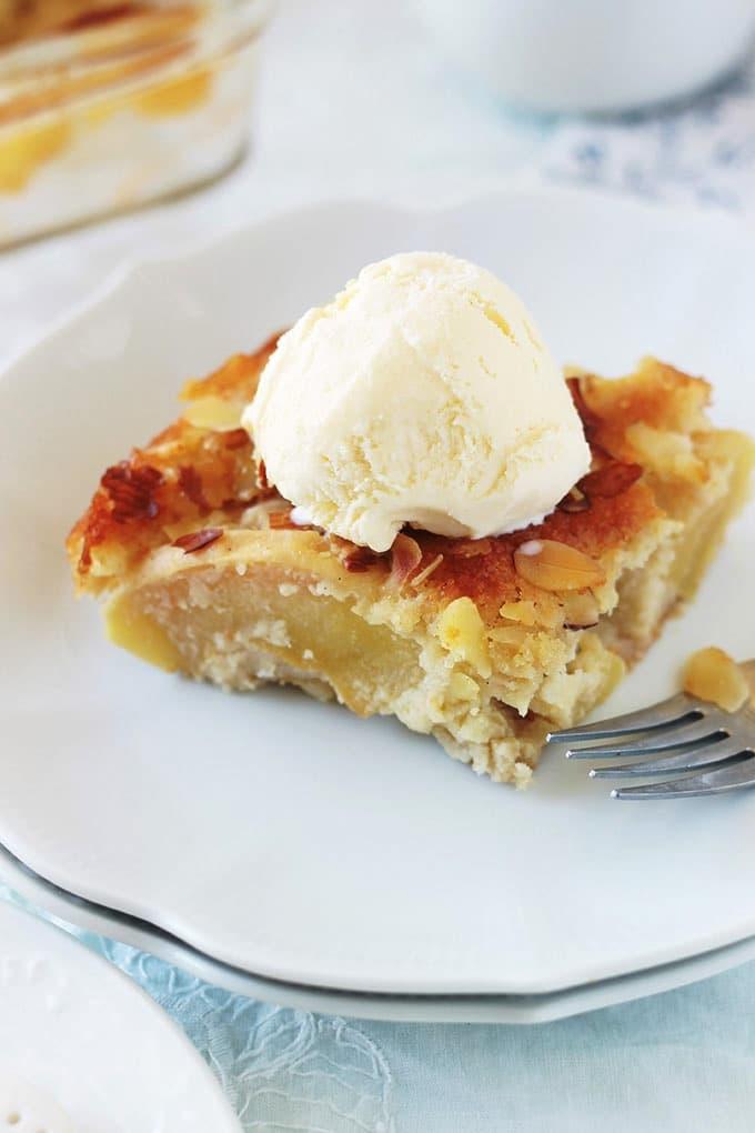 Ce gâteau d'Eve aux pommes et aux amandes est très facile à réaliser. Composé de beaucoup de pommes et peu de pâte. Très simple à faire : pas besoin d'un batteur électrique ou autre appareil. Idéal pour servir en dessert tel quel, avec une boule de glace ou de la crème Chantilly. Peut se faire aussi avec d'autres fruits, comme les poires.