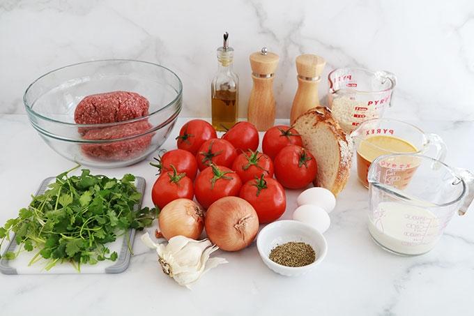 Ingredients pour les tomates farcies a la viande sur lit de riz cuisson au four