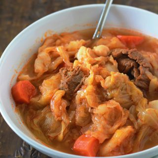 Délicieuse soupe aux choux et légumes, réconfortante et nutritive. Le chou est un légume hypocalorique. Cette soupe est composée de chou, de légumes et éventuellement de viande ou de saucisses.