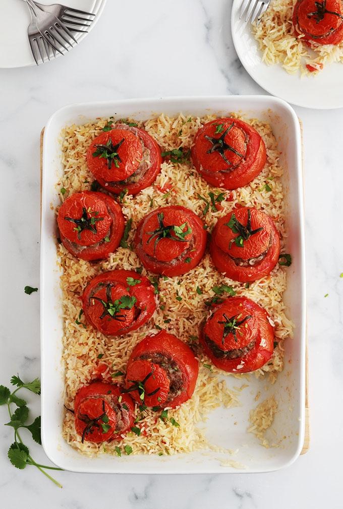 Recette des tomates farcies et riz au four, un plat simple et savoureux. Les tomates sont farcies avec un mélange de viande hachée et cuites au four sur un lit de riz.