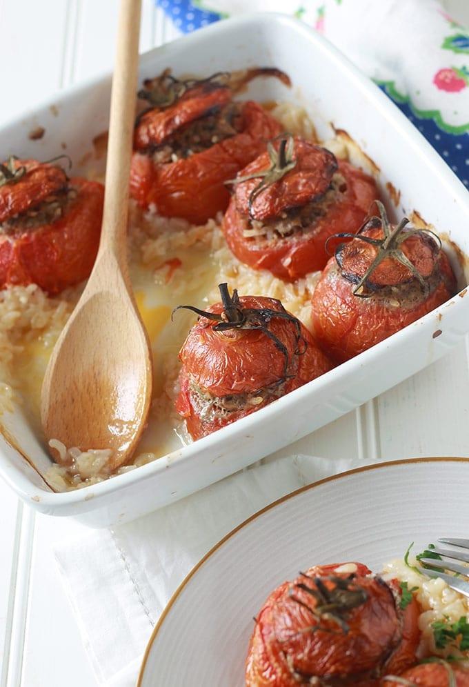 Tomates farcies et riz au four, recette simple et savoureuse. Les tomates sont farcies avec un mélange de viande hachée et cuites au four sur un lit de riz.