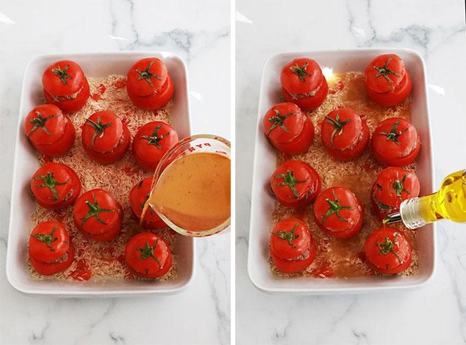 Verser le bouillon sur le riz et arroser les tomates farcies avec un filet d huile d'olive