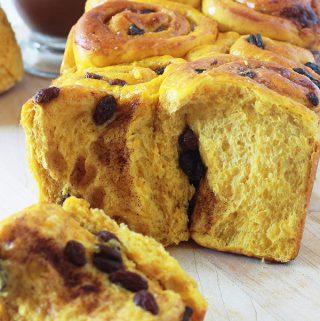 Brioche au potiron et raisins secs parfumée à la cannelle. Elle est moelleuse, délicieuse pour le petit déjeuner et le goûter. #briocheaupotiron #briochecannelle #briocheraisinssecs #brioche #cuisineculinaire