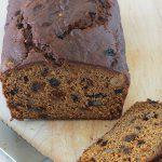 Cake au potiron moelleux (ou cake à la citrouille, pumpkin bread américain), avec des noix et raisins secs et parfumé aux épices. Facile à préparer. Peut se faire avec de la purée de n'importe quelle courge d'hiver : potiron, butternut, citrouille, potimarron, etc #cakepotiron #cakecitrouille #potiron #noix #raisins secs #cuisineculinaire