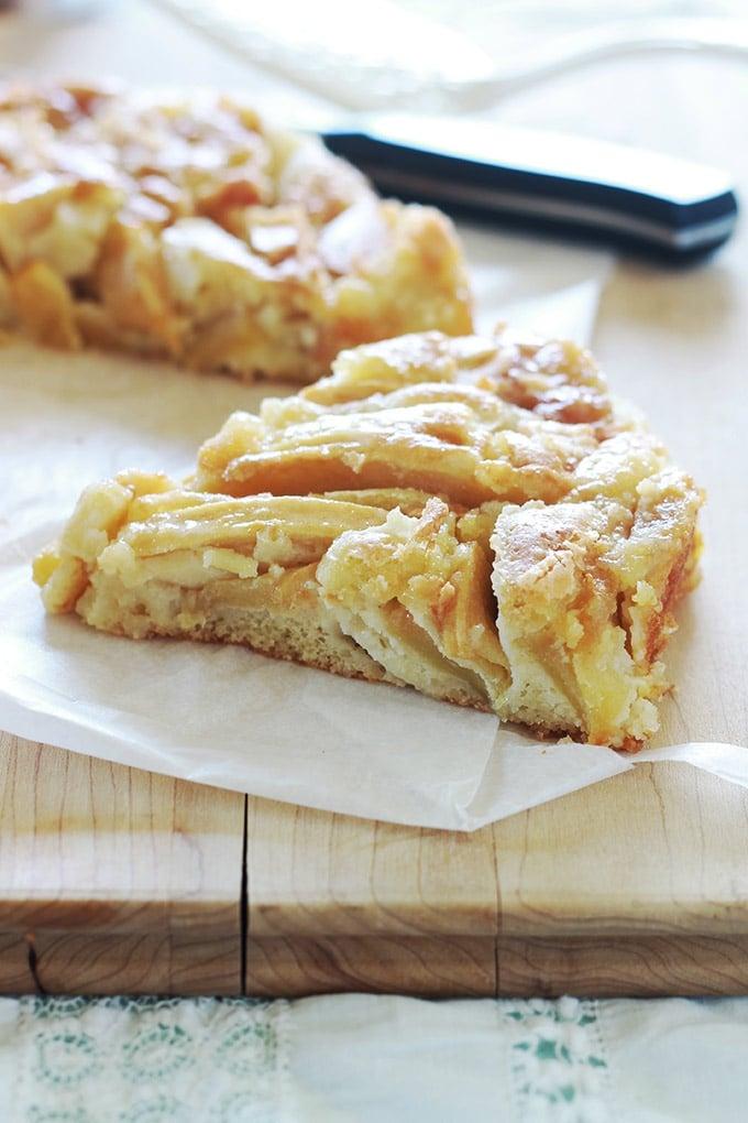 Gâteau aux pommes fondantes avec peu de pâte et beaucoup de pommes. Très simple et rapide à faire. Une recette facile à mémoriser si on peut retenir les chiffres 54321!