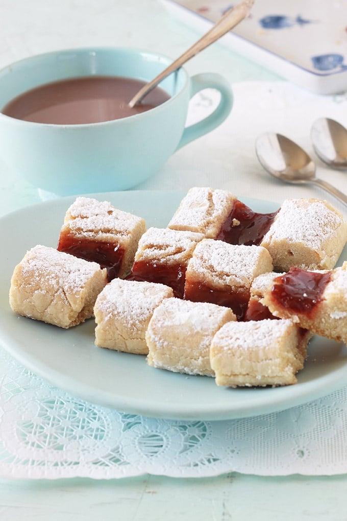 Gâteaux croquets fondants, hyper moelleux à la confiture. Appelés aussi gâteaux croquants, krokis. Ce sont des biscuits secs cuits en deux fois au four. Sans beurre, économiques, faciles et rapides à faire. Vous pouvez aussi remplacer la confiture par une marmelade, une gelée, du nutella ou du caramel au beurre salé.