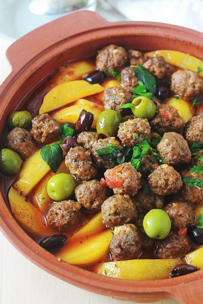 Tajine aux boulettes de viande pommes de terre et olives cuisine culinaire - Plat a tajine en terre cuite ...