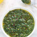 Recette de la chermoula marocaine ou charmoula. Facile, rapide et pleine de saveurs. Peut être utilisée comme marinade ou comme sauce ou condiment pour servir avec le poisson, le poulet, les légumes (pommes de terre, carottes, aubergines, ...) Composée de coriandre, persil, ail, jus de citron et des épices à chermoula.