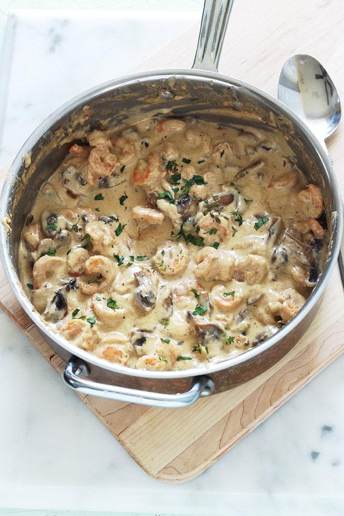 Crevettes sauce à la crème, fromage et champignons : facile, rapide, prêt en 15 minutes. Crevettes, ail, échalote, crème, bouillon, parmesan, champignons.Délicieux avec des pâtes, des pommes de terre (vapeur ou en purée) et autres légumes selon votre goût.