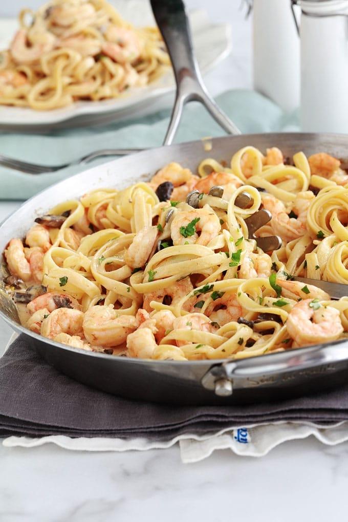 Délicieuses pâtes aux crevettes et champignons dans une sauce crémeuse au fromage. Une recette simple pour un repas facile et rapide. 15 minutes au total pour préparer la sauce aux crevettes. Et vous faites cuire vos pâtes pendant la cuisson de la sauce. Votre repas est donc prêt en 15 minutes! Difficile à battre pour un repas de semaine sans stress.
