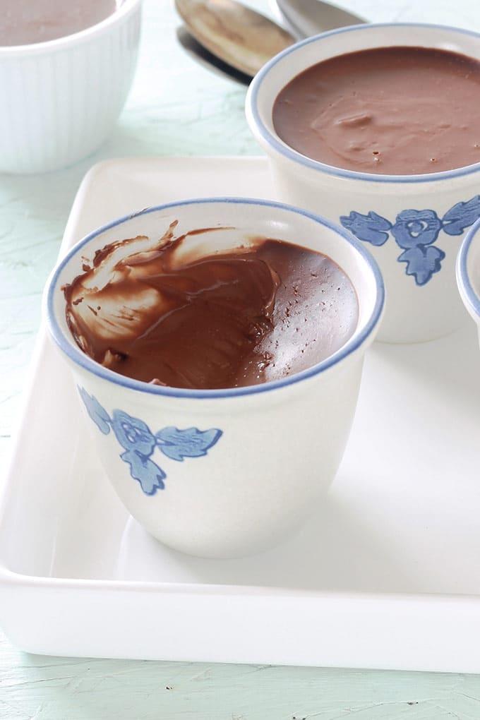 Délicieux petits pots de crème au chocolat. Ultra crémeux et onctueux. Seulement 2 ingrédients (crème et chocolat), sans oeufs, sans cuisson au four. Se préparent en 5 minutes.