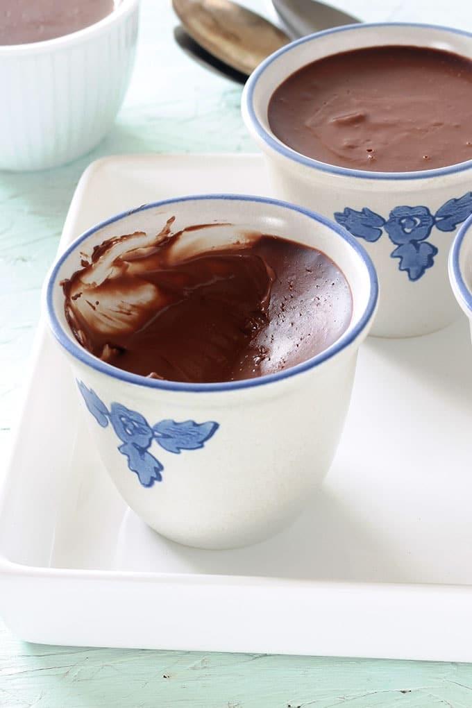 Délicieux petits pots de crème au chocolat. Ultra crémeux et onctueux. Avec seulement deux ingrédients (crème et chocolat), sans oeufs et sans cuisson au four. Se préparent en 5 à 10 minutes. Simples et efficaces! Un dessert qui plaît aux petits et aux plus grands.