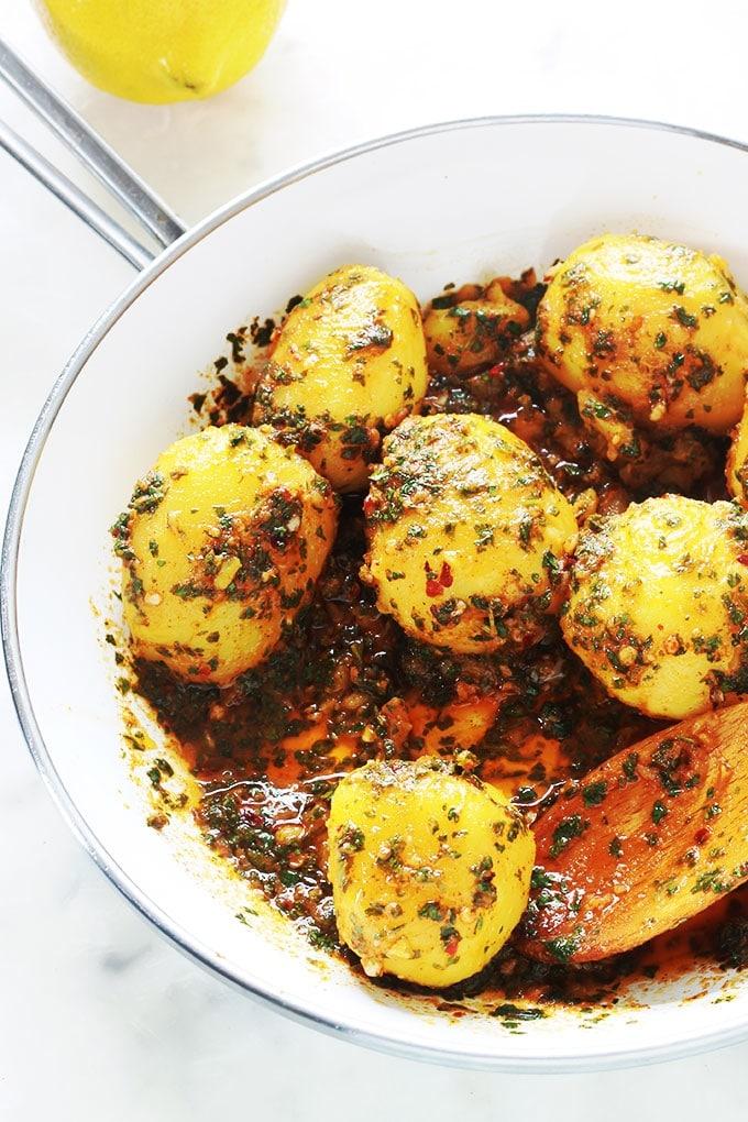 Recette des pommes de terre à la chermoula / charmoula, ou batata mchermla. Un plat facile, rapide et plein de saveurs. Ce sont des pommes de terre en sauce chermoula faite à base de persil, coriandre, ail, jus de citron, des épices et de l'huile d'olive. C'est bon aussi bien chaud que froid. Et vous pouvez les servir comme salade ou plat d'accompagnement pour viandes, poulet, poisson, merguez ... Ou tel quel avec du pain pour saucer dedans.
