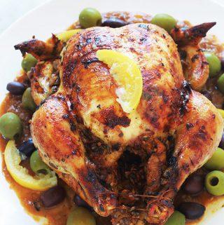 Recette du poulet à la marocaine au citron confit et olives (ou poulet mhamer, poulet maqli). Le poulet est mariné dans une sauce chermoula : coriandre, persil, épices, citron confit, ail, oignons et huile d'olive. Accompagnement : frites ou des pommes de terre sautées, pain, riz, pâtes, couscous, etc