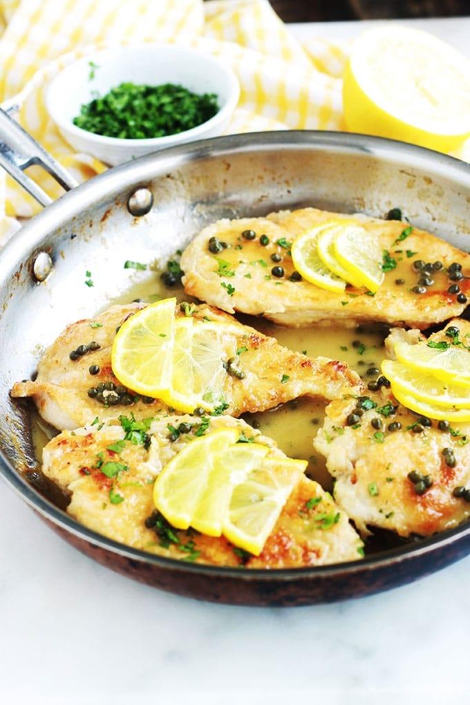 Recette du poulet piccata, ou poulet sauce au citron et câpres. Un plat rapide et délicieux. Ce sont des escalopes de poulet dans une sauce onctueuse au citron et aux câpres. La version maison est meilleure que celle du restaurant !