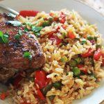 Riz au poulet et légumes dans une assiette