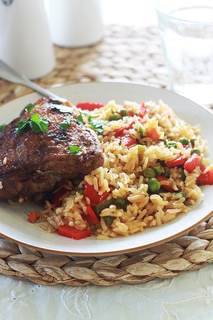 Riz au poulet et légumes, un plat complet et savoureux. Du poulet, du riz et des légumes de votre choix et selon vos goûts et la saison. C'est un plat simple, économique et polyvalent. Vous pouvez le faire sur la cuisinière ou au four.