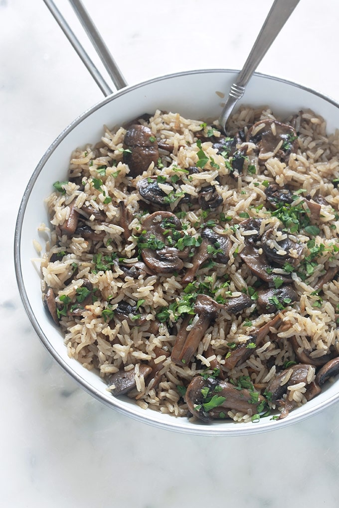 Recette du riz aux champignons ou plus précisément, riz pilaf aux champignons. C'est un plat délicieux, facile et rapide. Du riz, des champignons, oignon, ail, assaisonnement et bouillon. Des ingrédients basiques pour un plat tellement savoureux. La quantité des champignons est selon votre goût.