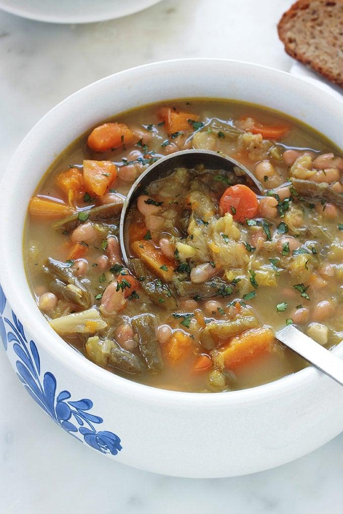 Soupe au chou et aux deux haricots, avec aussi d'autres légumes. Une soupe paysanne avec ou sans viande, savoureuse et réconfortante. Composée de chou, vert ou blanc, haricots blancs, haricots verts, potiron, carottes, navets, pomme de terre. En entrée ou même en plat unique léger simplement accompagnée de pain.