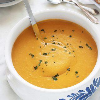 Velouté de butternut au curry et au lait de coco. Bien parfumé, simple et rapide. La butternut est une variante de courge musquée, appelée aussi courge doubeurre ou courge noix de beurre en français. Vous pouvez faire cette soupe également avec d'autres variétés de courge. Ce velouté est onctueux à souhait et il est composé de très peu d'ingrédients : butternut, curry, lait de coco, bouillon.