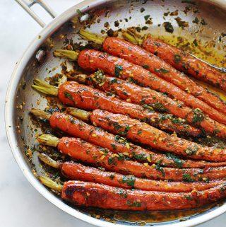 Carottes en sauce chermoula (ou zrodia mchermla) : un plat facile, rapide et plein de saveurs. La chermoula est composée de persil (ou de coriandre), ail, jus de citron, épices et huile d'olive. C'est bon aussi bienchaud que froid. A servir comme salade cuite en entrée, ou en plat d'accompagnement, sans gluten, pourviandes, poulet, poisson, fruits de mer, merguez ... Ou, si vous êtes végétarien / vegan, tout simplement avec du pain.