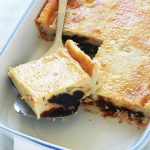 Rien de plus facile à faire que le far breton traditionnel. Vous pouvez le préparer avec ou sans pruneaux. Le far breton nature est la vraien recette authentique! Il est composé de peu d'ingrédients basiques : farine, sucre, lait et oeufs. Eventuellement des pruneaux, ou autres fruits.