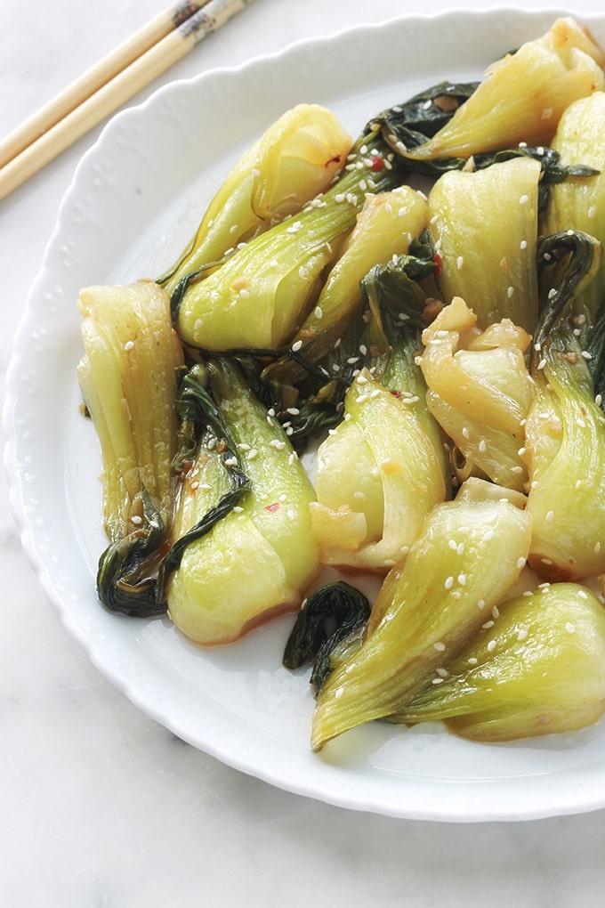 Mini bok choy sautés, une recette facile et rapide. Le bok choy est une variété de chou chinois. Ils sont sautés, à la poêle ou dans un wok, avec un peu d'huile, gingembre, ail, et de la sauce soja. Un délicieux plat d'accompagnement pour vos viandes, poulet et poissons. Si vous êtes végétarien ou vegan, c'est bon avec le tofu. Pour un plat sans gluten, utilisez de la sauce soja sans gluten.