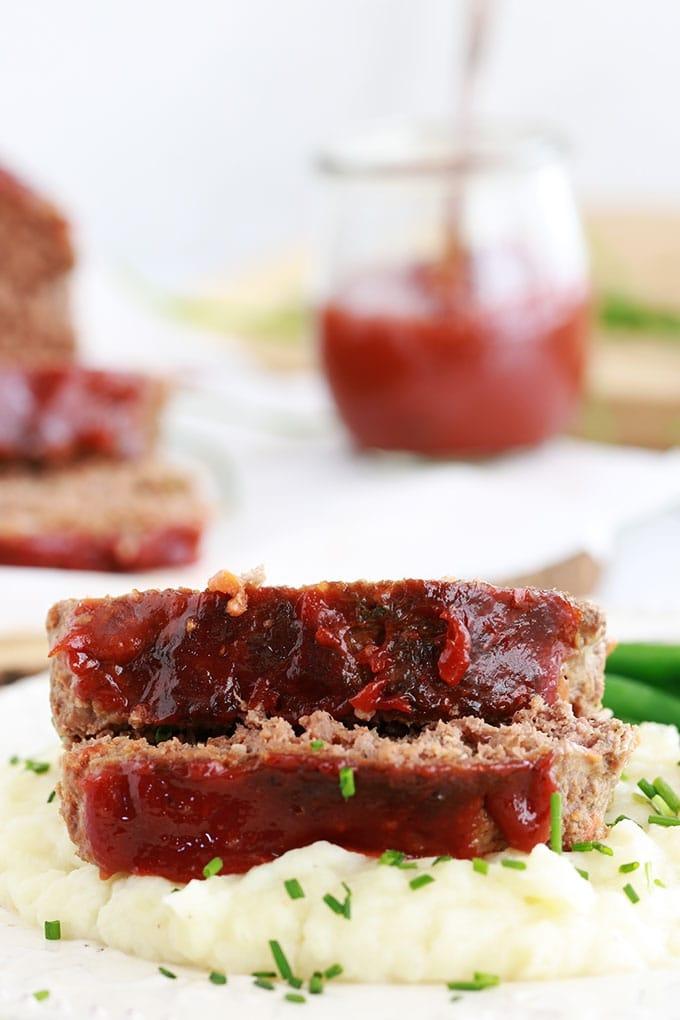 Délicieux pain de viande américain, très moelleux et juteux. Recette facile et rapide à préparer. Viande hachée, légumes, herbes et épices, oeufs, tranches de mie de pain, ketchup (ou sauce tomate). Traditionnellement servi avec de la purée de pommes de terre et une sauce pour pain de viande (ketchup, sauce tomate, sauce barbecue, ...)