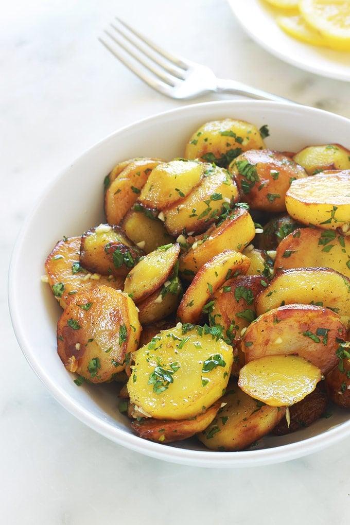 Les pommes de terre sarladaises sont un plat facile et tellement parfumé et savoureux. Un grand classique de la cuisine périgourdine. Ce sont simplement des pommes de terre sautées ou rissolées avec de la persillade (du persil et de l'ail).