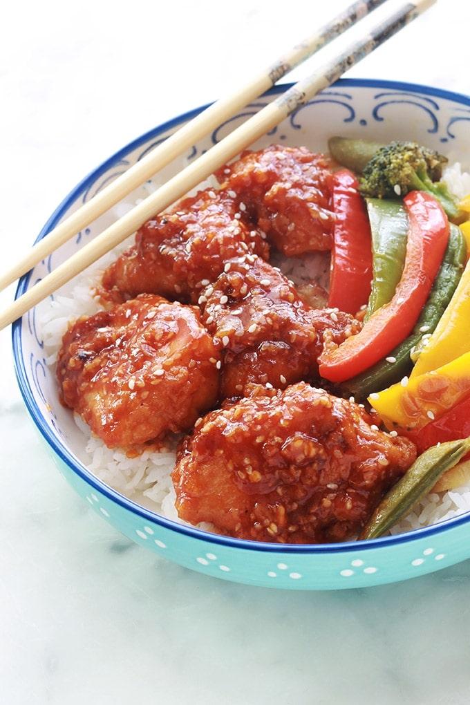 La recette du poulet du général Tao, un plat asiatique super bon. En plus, facile et rapide à préparer. Ce sont des morceaux de poulet frits puis enrobés de sauce. C'est un plat sans gluten si vous utilisez de la sauce soja sans gluten et de la maizena à la place de la farine pour paner le poulet.