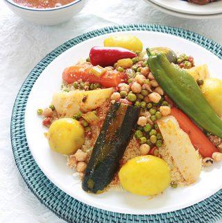 Recette du couscous algérien aux légumes en sauce, tel que le faisait ma mère, avec ou sans viande (couscous végétarien). Avec ou sans couscoussier. Un plat unique, complet, sain et réconfortant que vous pouvez adapter selon vos goûts, en variant les légumes, les épices et/ou la viande.