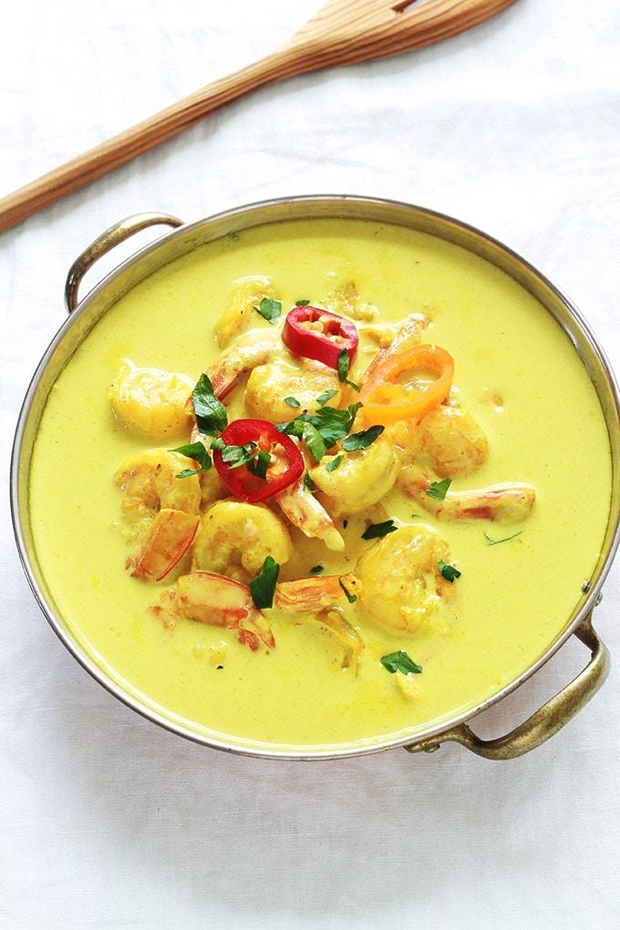 Recette du curry de crevettes aux lait de coco, un plat facile, rapide et vraiment délicieux. Composé de crevettes, oignon, ail, curry en poudre et lait de coco. Un régal avec du riz, des pommes de terre ou autres légumes. Ou tout simplement avec du pain!