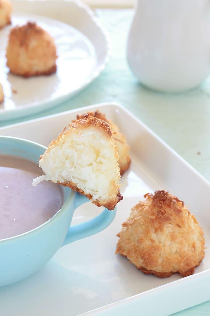Rochers à la noix de coco (ou rochers coco, congolais), seulement 3 ingrédients, sans farine de blé, sans gluten. Faciles et rapides (15 minutes). Composés de noix de coco râpée, sucre et blancs d'oeufs. Ils sont à la fois moelleux et croustillants.