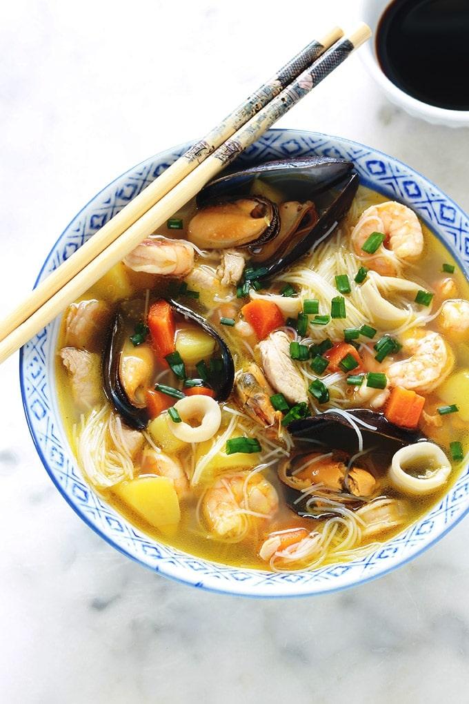 Recette d'inspiration asiatique : soupe au poulet et/ou fruits de mer, vermicelles chinois et légumes. Une soupe repas facile et rapide, idéale pour les jours de semaine où l'on manque de temps. Elle est complète et sans gluten puisque les vermicelles utilisés sont faits à base de riz.