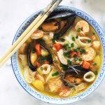 Soupe au poulet et/ou fruits de mer, vermicelles chinois et légumes. Une soupe repas facile et rapide, idéale pour les jours de semaine où l'on manque de temps. Elle est complète et sans gluten puisque les vermicelles utilisés sont faits à base de riz.